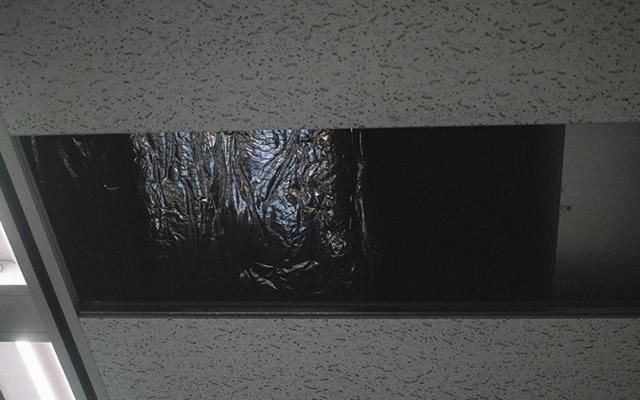 誰もいない天井から足音が聞こえてノックされた話の画像
