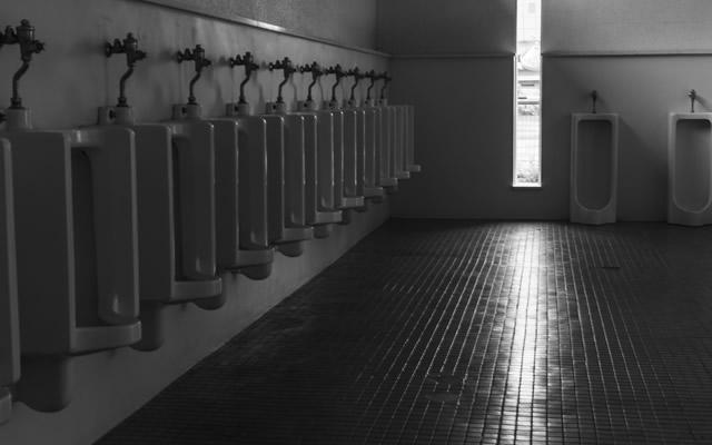 人のいない校舎のトイレで黒いモヤモヤを見てしまいましたの画像